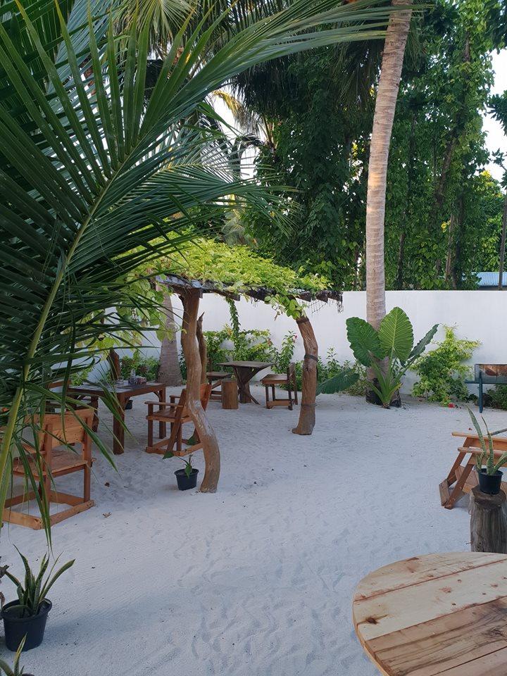 veli-thoddoo-inn-garden